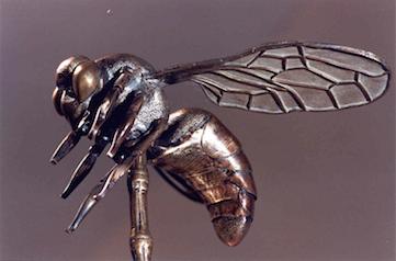 L'abella de bronze dissenyada per Antoni Gaudí per a l'estendard de la Cooperativa Mataronense. Foto: Museu de Mataró.