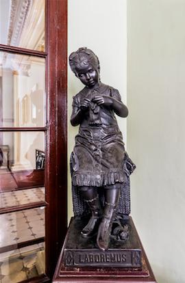 """L'escultura """"Laboremus"""" del Centre de Lectura de Reus"""