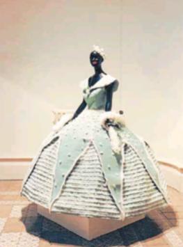 Exposició de vestits de paper l'any 1988 a la Sala Fortuny
