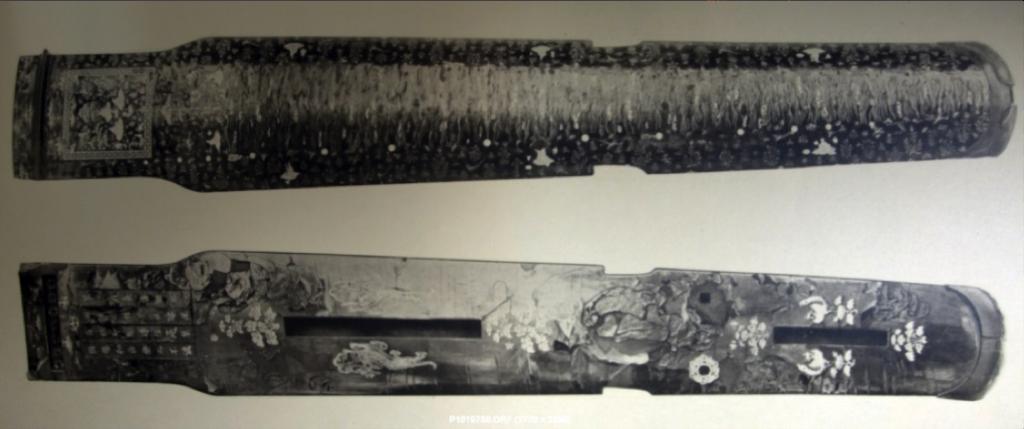 Làmina. 37-38. Fototípia de Koto de set cordes, Vol.I, estil xinèsTang, per la famíliaSsu Ping Wei, s.VII, 57,57x 18,24 cm aprox, col·leccióShosoin, Nara.