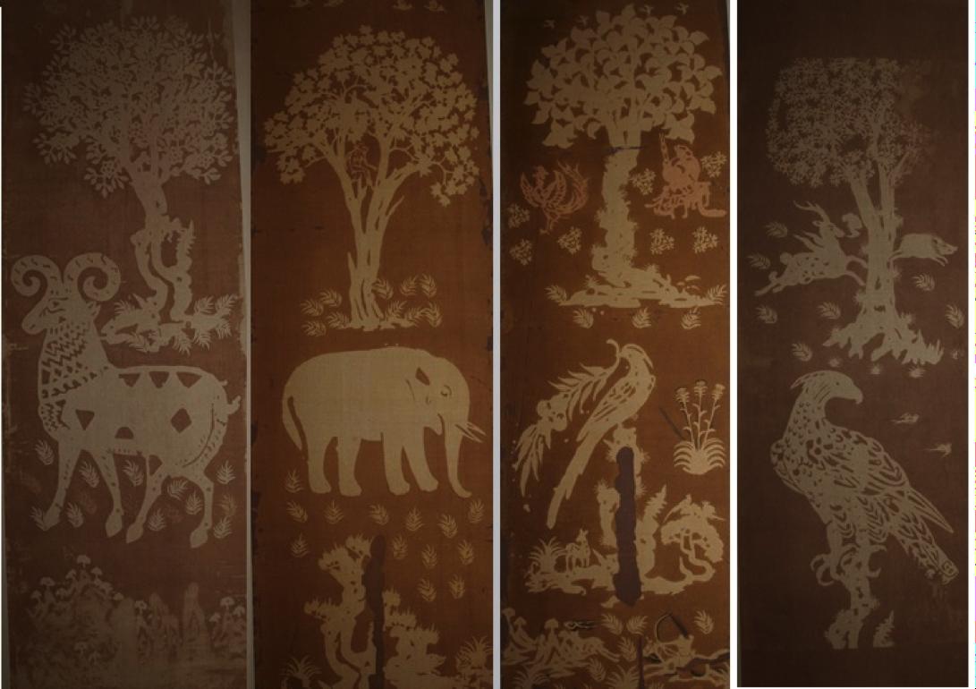 Làmines 118-121. Reproducció en gravat a color sobre seda de Paravent amb brodats en fibra d'heura. Vol.II, Paravent original de sis panells. Només es conserven 4. La llegenda en un dels panells remet a la commemoració del tercer any del regnat Tempyō. Es van aplicar pigments en les fulles dels arbres encara que ja no es conserven. Obra original de 166 x 57, 57cm aprox.