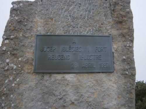 Monòlit dedicat a Josep Iglésies, a la Mussara, l'any 1987. Fot. de Carles Martín.