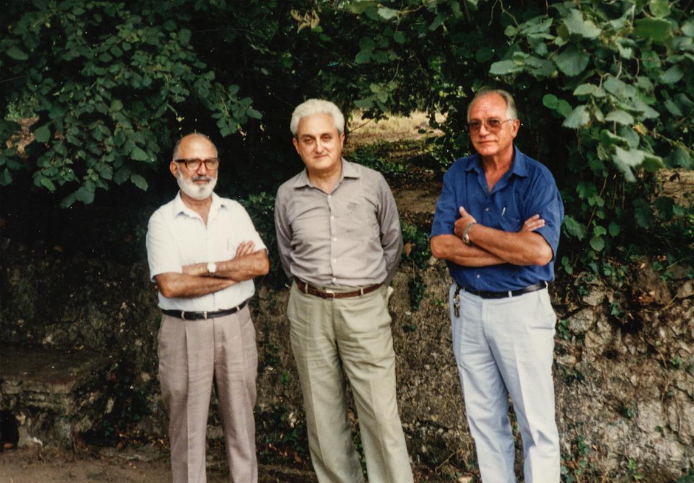Ferran Jové Hortoneda, amb Albert Manent i Armand Pascual, al mas de Segimon (juliol 1990). Fotografia extreta del llibre Univers Manent (2016), de Fina Anglès i Eugeni Perea.