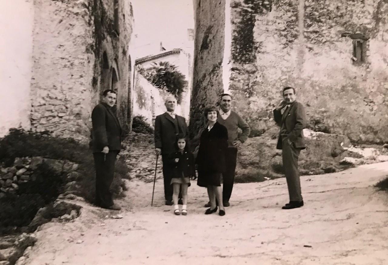 Els Perucho i Fenosa davant de Cal Groc. Cedida per la Fundació Fenosa