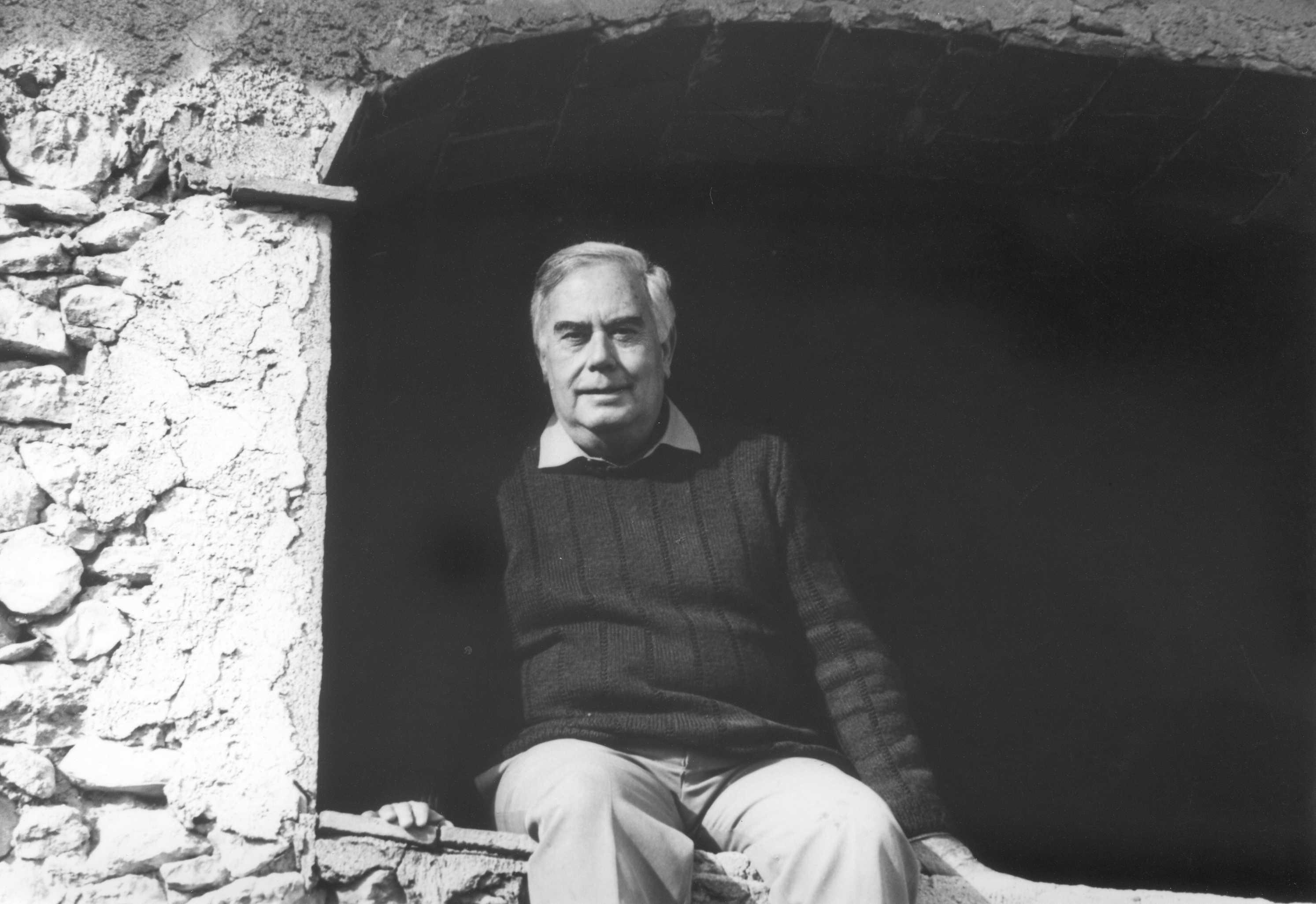 Perucho assegut en una finestra de la casa d'Albinyana. Cedida per Sofia Perucho